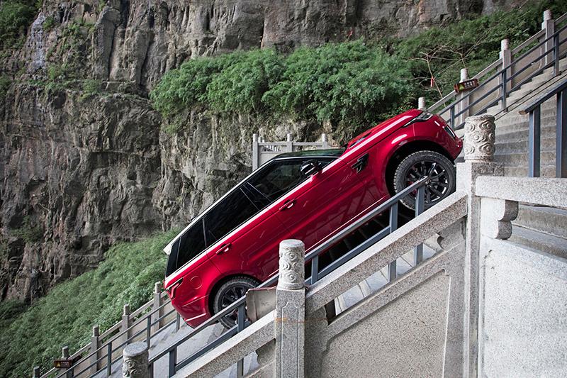 最陡坡度達45度天門洞999階天梯,Range Rover Sport P400e竟也能從容克服?