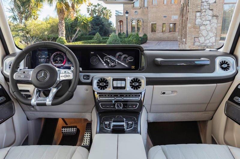 跑車方向盤放在G-Class座艙中,對比起來相當有趣。