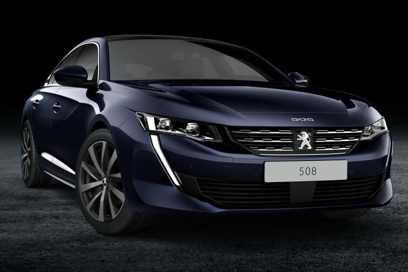 全新Peugeot 508大膽將車型數字放在車頭!常規508(藍車)與508GT(紅車)水箱罩內設計略有差異
