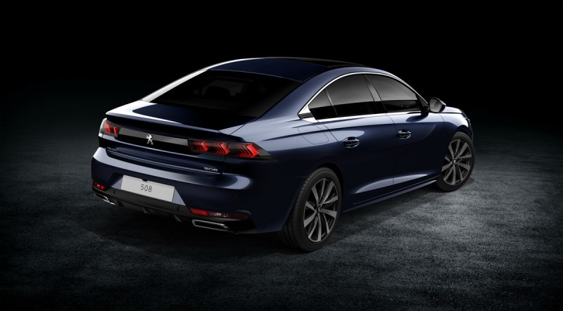 爪痕尾燈更深邃立體,常規Peugeot 508採用寬扁型左右單出尾飾管