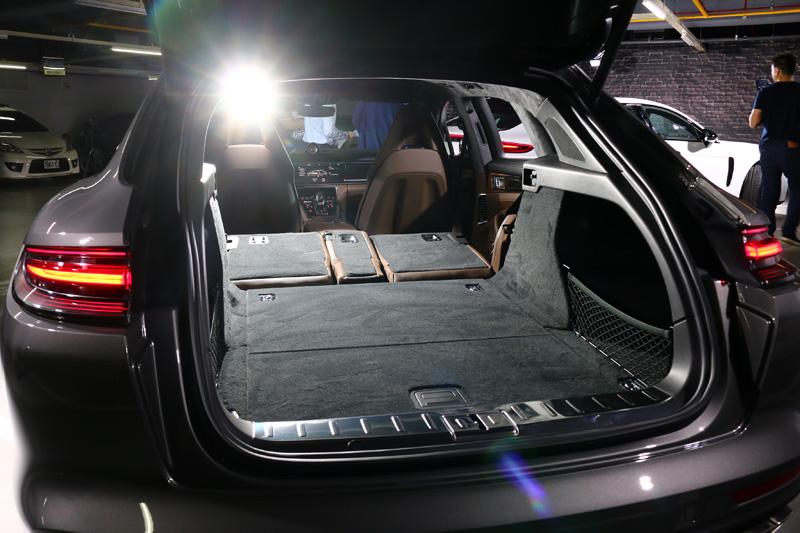 無複合動力車款是將4/2/4分離式後座椅同步傾倒後,則行李箱容積最大可增加至1,390升。