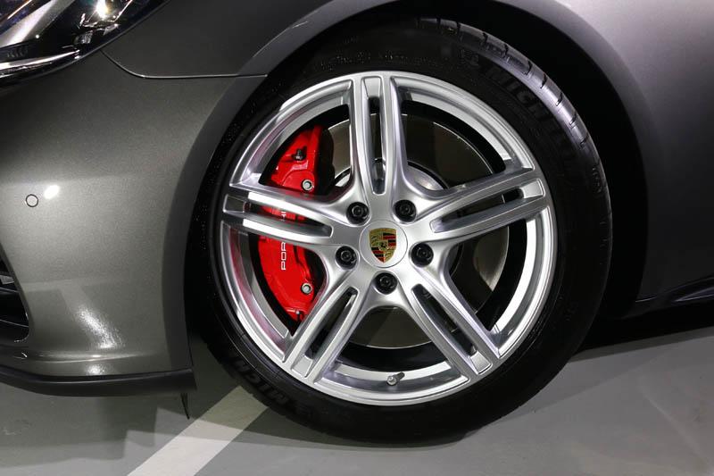 Panamera Turbo Sport Turismo更配置了前410mm、後380mm之煞車組。