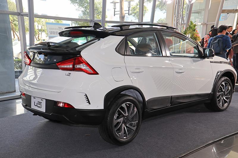 針對AR環景版或旗艦HiFi版也推出烈焰/風暴版雙色客製車,消費者可以25,000元擁有總價值高達45,000元的「紅/黑」或「藍/黑」客製版內裝配色、「FUN玩雙色」、獨特造型「車身貼紙」與原廠「車載導航4.0」。
