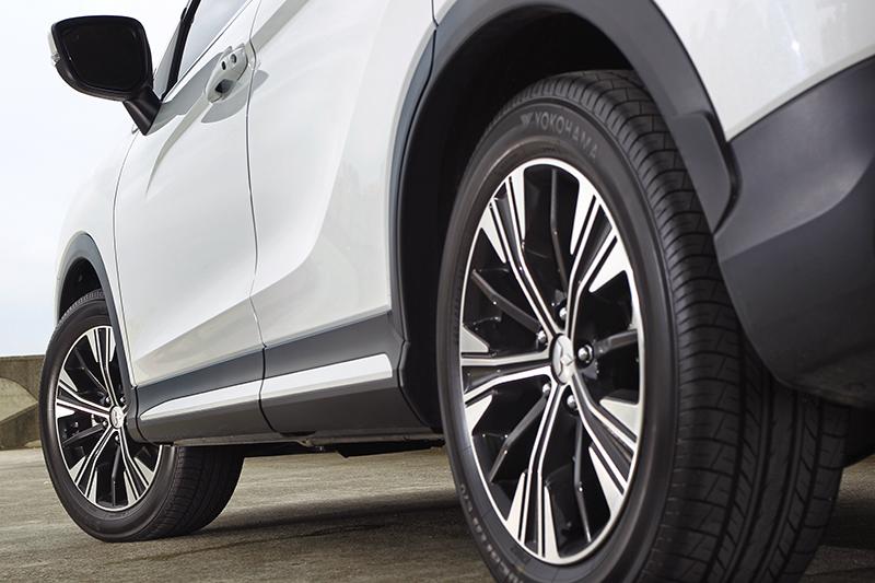 車側深刻的鈑件切線,搭配18吋雙色鋁圈,勾勒出層次與力量感。