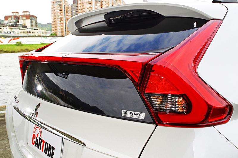 雙層式的車尾窗,是日系斜背跑車向來喜歡使用的設計,也點出了ECLIPSE CROSS的跑車魂。