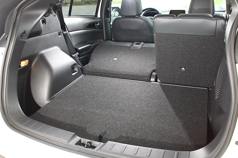 6/4分離後座椅背傾倒功能不僅得以大規模擴充置物機能,同時行李廂底板也被設計得相當平整,以利取置物件。