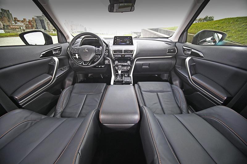 ECLIPSE CROSS的中控台造型俐落質感不俗,並將儀錶與中央顯示幕位於同一水平線上,讓駕駛者得以更安全的在舉目可及視線內獲取相關資訊。