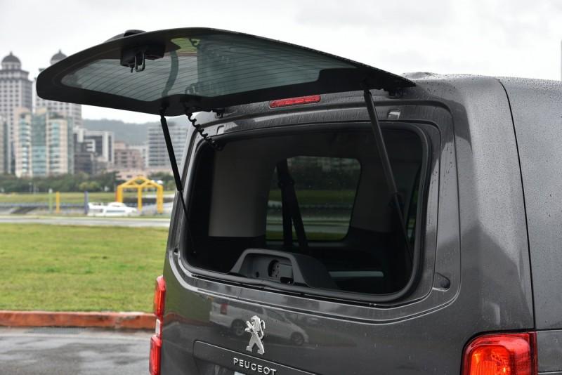 旗艦版以上的尾門玻璃能獨立開啟