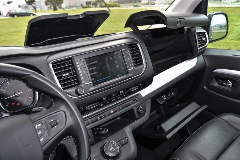 Peugeot Traveller領航家在控台與後座設計了許多實用置物空間,每一位乘客都有置杯架可用,相當貼心!
