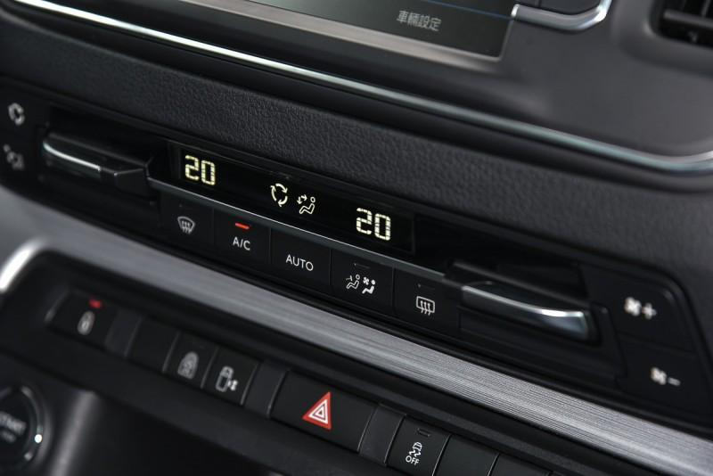 三區恆溫設定怕冷怕熱乘客都能擁有最舒適的車內環境。