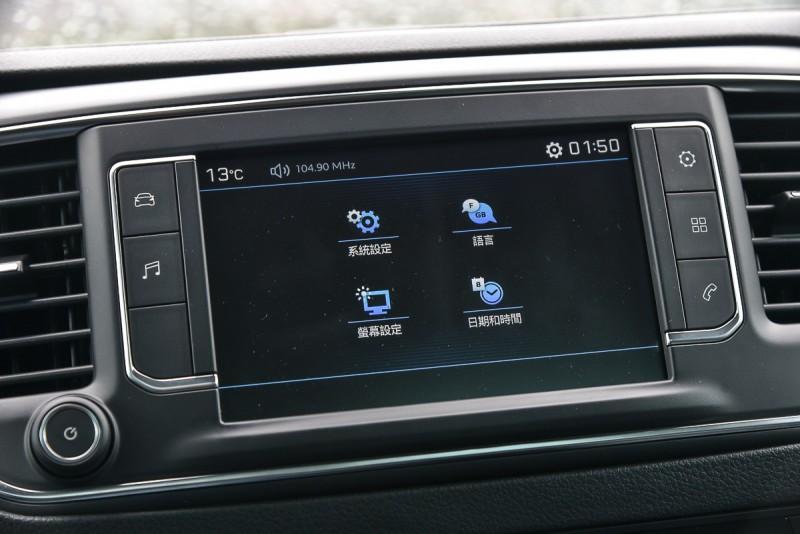7寸多功能觸控音響不僅可支援 Apple CarPlay、Android Auto、Mirrow Link等常用連結方式,也能顯示倒車攝影畫面,用來連接手機聽音樂或接聽電話