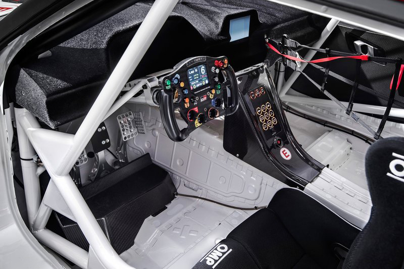 GR Supra Concept的座艙完全拆空,並附上絕對競技化的配置。