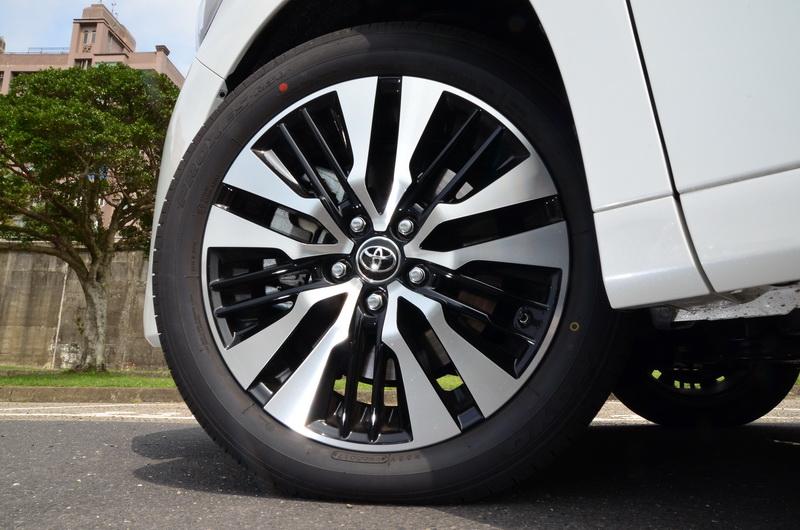 新款 two tone 18吋輪圈呈現出更為活潑的運動風格