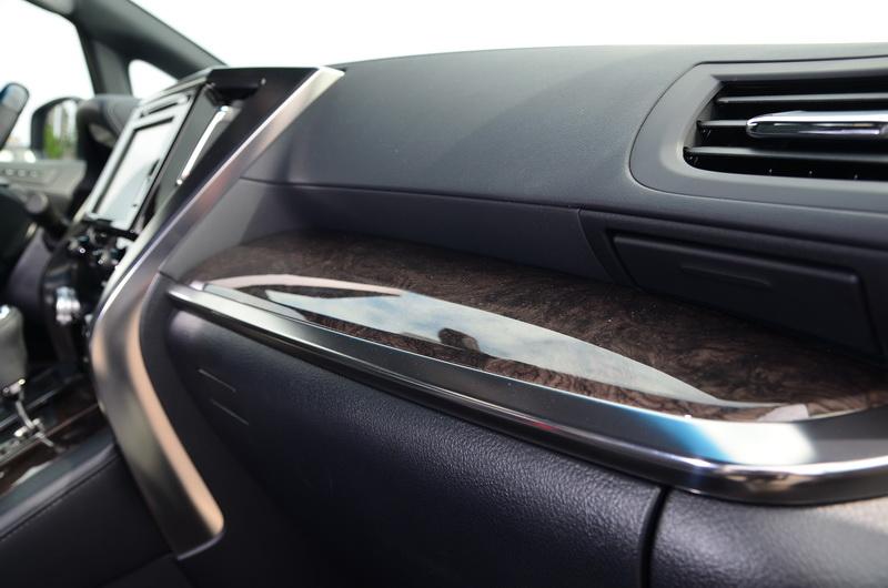 副駕駛座前方與車門板處的內飾板改採更典雅的深色木紋系列