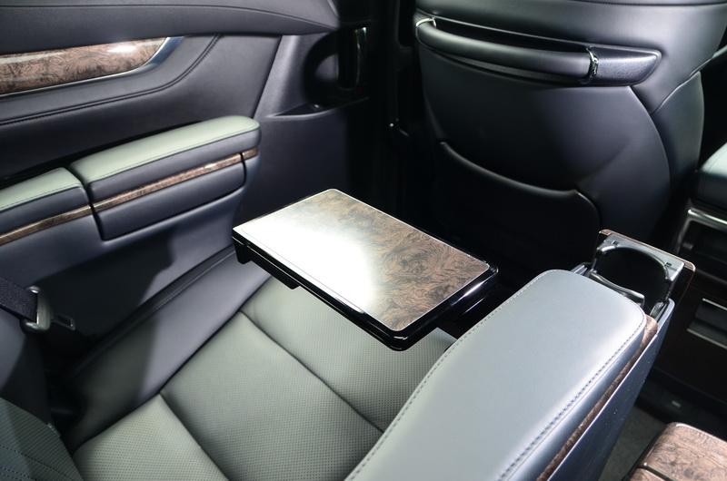 右側扶手內的摺疊桌可提供臨時辦公之用