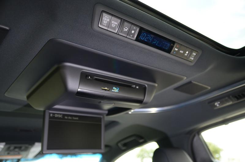 頭頂上方設有後座獨立空調與吸頂式液晶螢幕