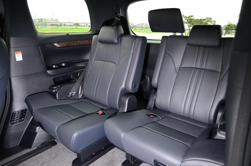 第三排座椅下方也有滑軌設計,無置物需求時將座椅靠置最後方能以最舒適的空間乘載7位成人