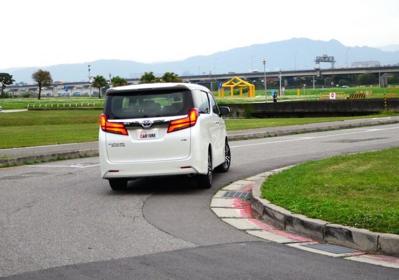 藉由S-VSC轉向輔助車輛穩定系統的協助下在高速過彎時非常穩定