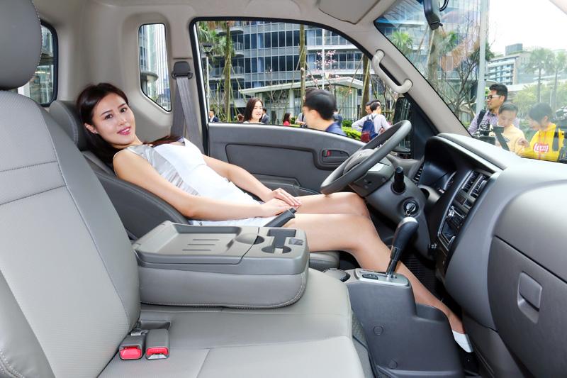 駕駛座椅可以滑動傾斜,休息小憩更加便利。