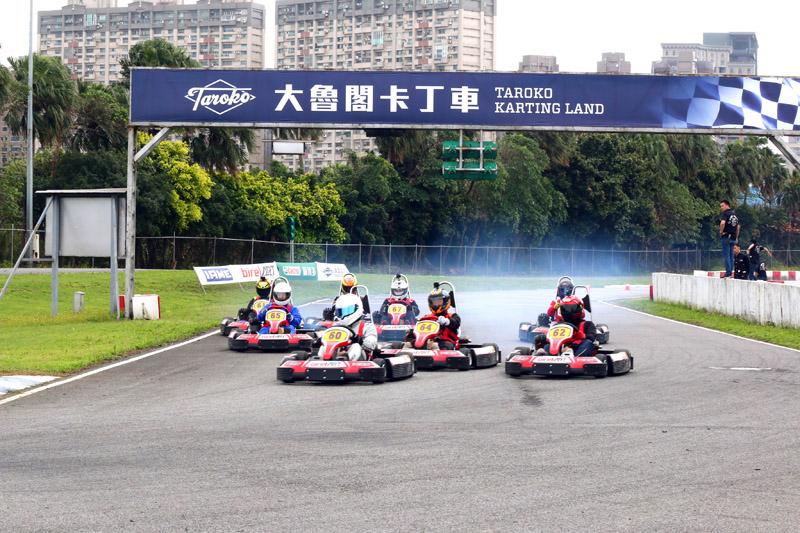 預賽起跑時,拿下竿位的偉恩〈60號車〉順利帶出,排位第四的林志浩〈62號車〉自外線殺出。