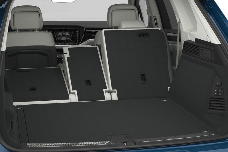 諸多享樂配備一應俱全,就連後座椅背也能電動控制。