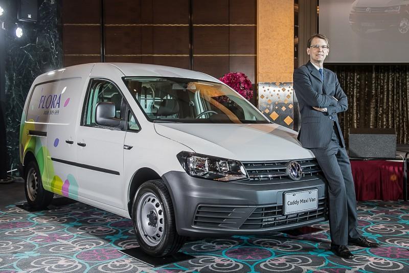 台灣福斯商旅導入Caddy Van與Caddy Maxi Van兩款車型,以純正貨艙設定滿足對載物空間極度要求的買家,台灣福斯商旅總裁Alexander Corts郭山達與Caddy Maxi Van合影