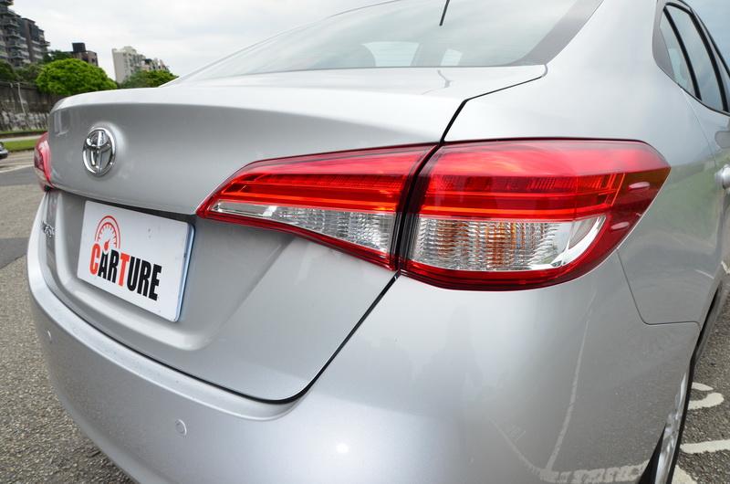 豪華型還配置了LED導光條與LED煞車燈,夜晚點亮時替車尾多了畫龍點睛之效果