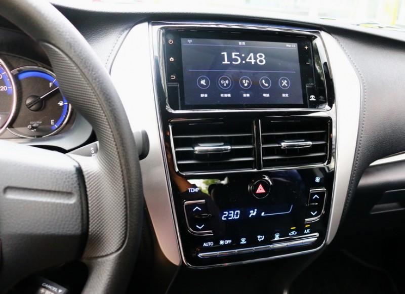 豪華款版還多了Smart Entry車門啟閉系統、引擎啟閉按鍵、恆溫空調