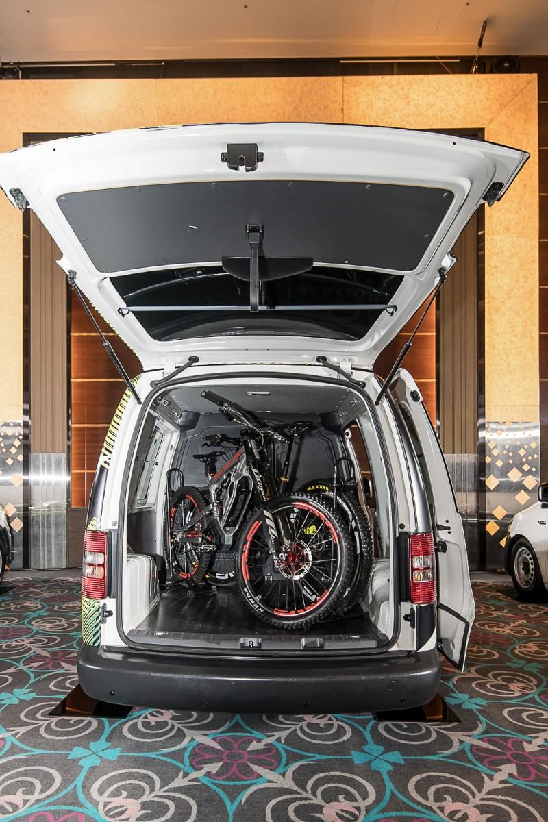 腳踏車還要放車內??