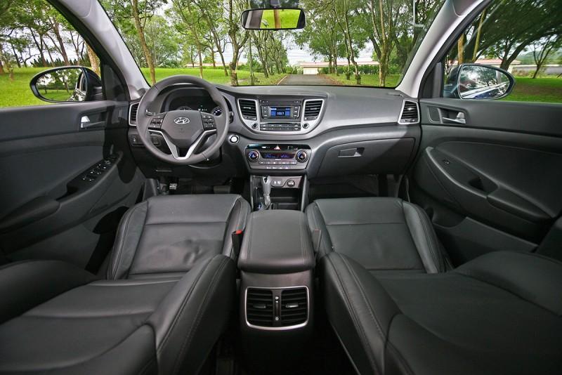 座艙的變動幅度最大,由上圖可見新車中控台上半部皆進行改動,因而更富質感。