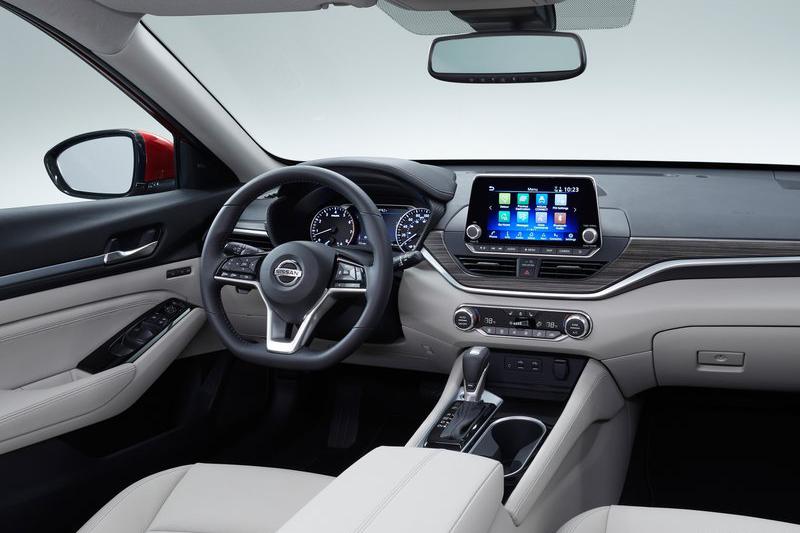 細幅方向盤以及懸浮式多功能螢幕是內裝視覺重點。