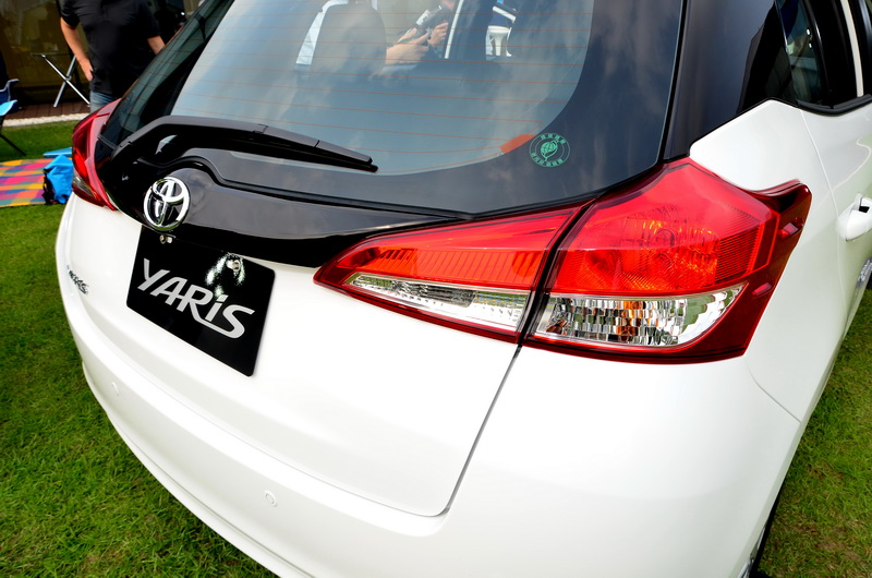 車尾採用黑色鋼琴烤漆牌照框飾條,拓展後擋風玻璃邊界,視覺感受更加寬闊