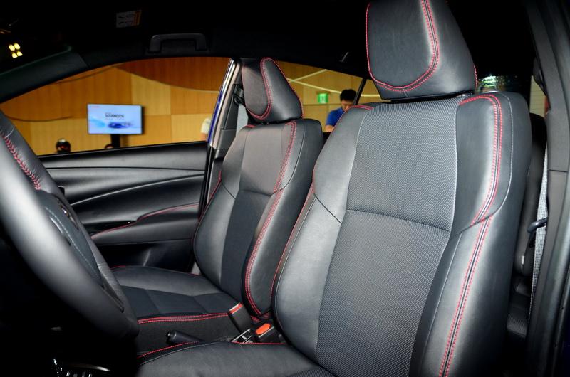 內裝透過運動化類碳纖維飾板、紅色縫線點綴於皮質扶手運動化皮質座椅,提供更質感舒適的車室空間
