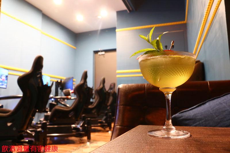 在KINSTON賽車酒吧,即使喝了酒再上模擬器,也不用擔心有酒駕的問題,但離開店後,千萬別開車上路!