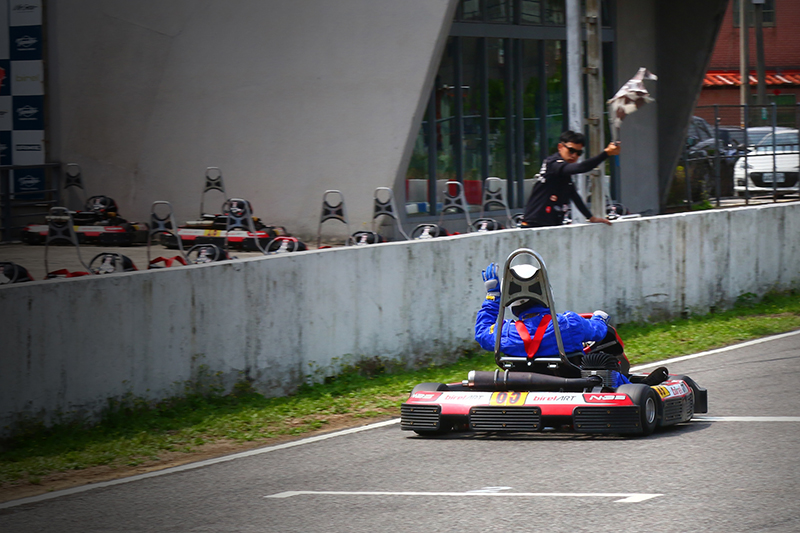 最終雖僅以第四名完賽,但因第三名選手違規碰撞判罰三位,因而順利站上頒獎台。