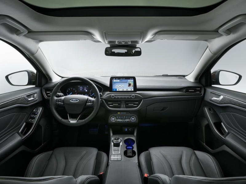 內裝重點是終於把複雜的音響按鍵還有排檔座簡化了!不過最新車款竟然沒有全數位化儀錶?這點倒是出乎我意料之外啊!