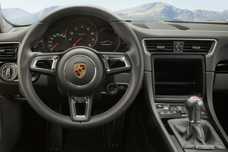 音響與方向盤控鍵被拔了?其實這只是911 Carrera T偷輕的路數之一。