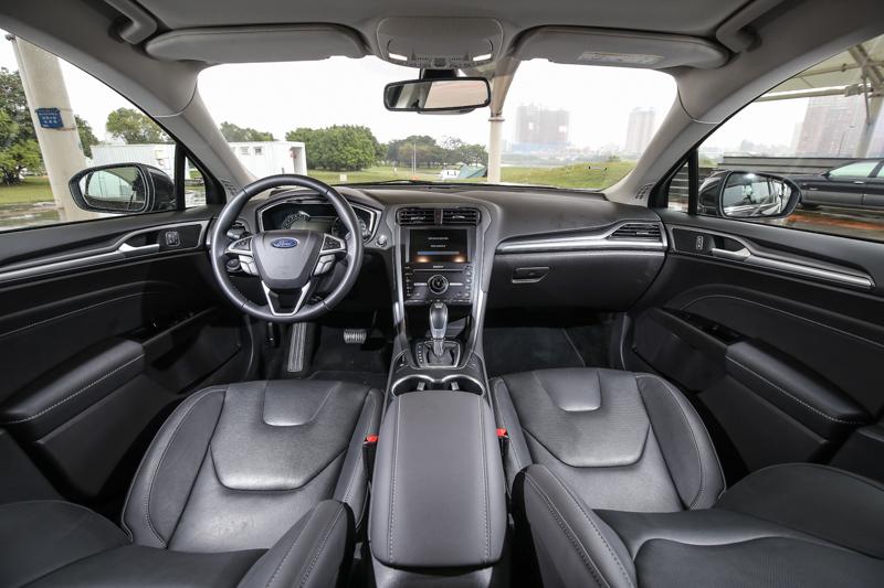 中控臺佈局與房車車型無異,運動風格與科技風格依舊為主軸。