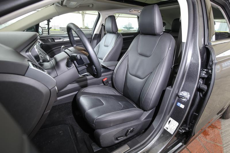 配備同級距少見的十向電動調整雙前座椅。