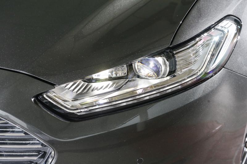 標配LED頭燈,提供更佳的照明表現。