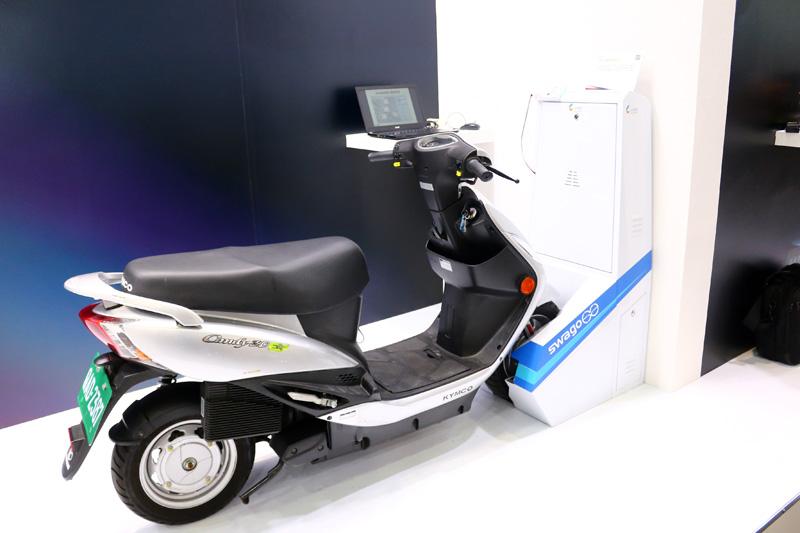 工研院研發的『自動快充-電動機車共享系統』,只要將電動機車推進自動充電座,車輛即自動固定並進行充電,15可秒內完成取車與還車,20分鐘內快速充電完畢,可避免電池掉落撞擊與忘記充電導致「電池過放」。