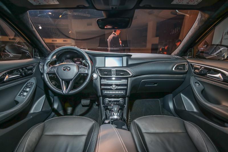 座艙內延續家族設計美學,不對稱式的中控台造型以駕駛者為中心設計。