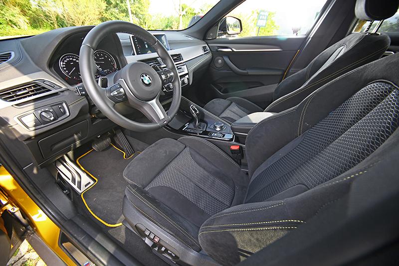 麂皮/織布內裝、黑色車頂篷以及M款跑車方向盤讓座艙充滿戰鬥氣息。
