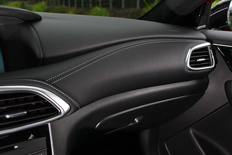 座艙個部分也與Q30幾乎一模一樣,但也象徵著質感同樣出色。