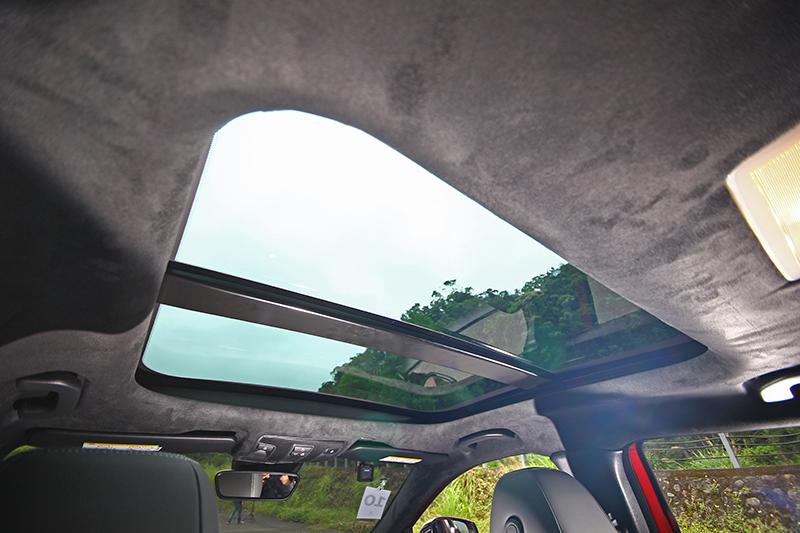 類麂皮車頂篷與全景式玻璃車頂是旗艦版的標配。