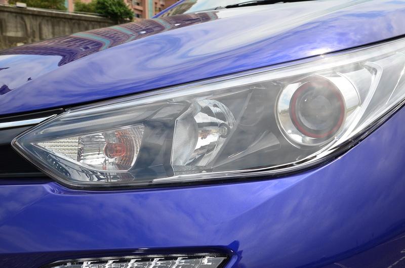 新款鷹眼式頭燈帶來更為銳利之眼神,S版在近燈處還多了性能感十足的紅色飾環