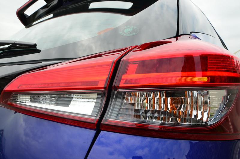 豪華版以上車型其尾燈組內置LED導光條