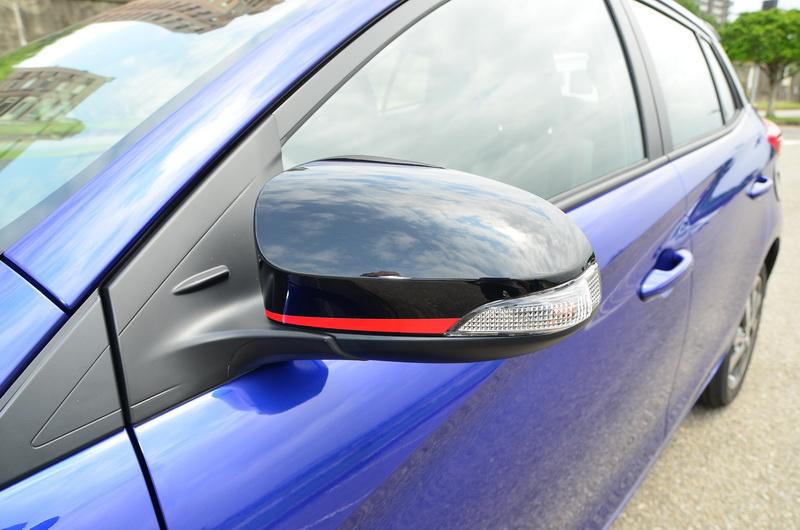 黑色後視鏡外蓋搭紅色線條點綴出濃厚動感氣息