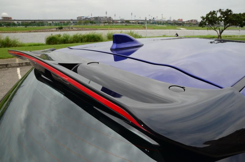黑色尾翼搭配紅色線條飾S版Yaris的獨家配方