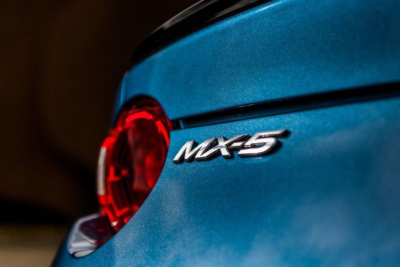 人見人愛的MX-5 RF,在英國推出限量300輛的特式車型,並統一披覆專屬的Eternal Blue Mica藍色烤漆。
